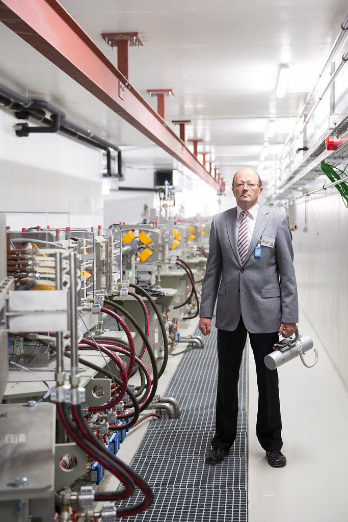 Prof. Wolfgang Enghardt, radiation physicist at beamline. For FOCUS magazine.